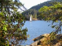 Navigazione della barca a vela in Howe Sound, Columbia Britannica, Canada fotografia stock