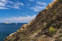 Navigazione della barca a vela nel cappuccio de Creus. La Spagna. Fotografia Stock Libera da Diritti