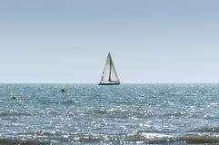 Navigazione della barca a vela nel mar Mediterraneo Fotografie Stock