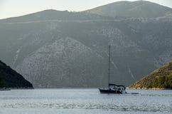 Navigazione della barca a vela nel mare ionico fra le isole ioniche immagine stock libera da diritti