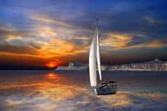 Navigazione della barca a vela sul mar Mediterraneo Immagini Stock Libere da Diritti