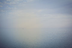 Navigazione della barca a vela sul mare aperto Immagine Stock