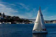 Navigazione della barca a vela sull'unione del lago un bello giorno immagine stock libera da diritti