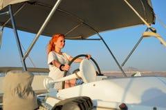 Navigazione della donna nell'yacht immagini stock