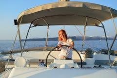 Navigazione della donna nell'yacht immagini stock libere da diritti