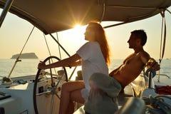 Navigazione della donna nell'yacht immagine stock libera da diritti
