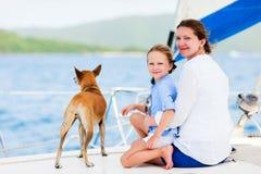Navigazione della famiglia su un yacht di lusso Fotografia Stock