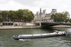 Navigazione della nave da carico del rimorchiatore e della chiatta nella Senna vicino ad Hotel de Ville fotografie stock libere da diritti