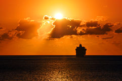 Navigazione della nave da crociera nel tramonto Immagine Stock