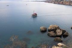 Navigazione della nave nel mare Immagini Stock