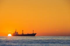 Navigazione della nave nel mare vicino al porto su bella alba Fotografia Stock