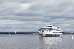 Navigazione della nave passeggeri sul fiume Fotografie Stock Libere da Diritti