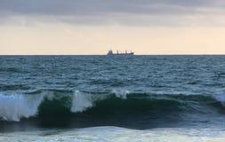 Navigazione della nave per l'orizzonte in tempo tempestoso immagine stock