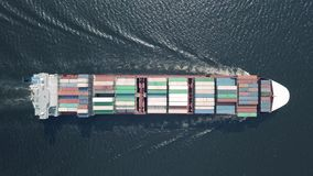 Navigazione della nave porta-container nel mare video d archivio
