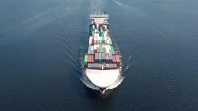 Navigazione della nave porta-container nel mare stock footage
