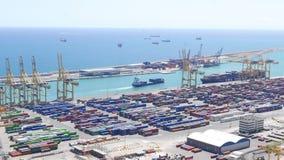 Navigazione della nave porta-container nel porto marittimo del contenitore di Barcellona stock footage