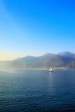 Navigazione della piccola barca sul lago Iseo, Italia Immagini Stock