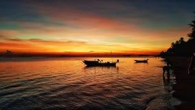 Navigazione della piccola barca sull'oceano immagine stock
