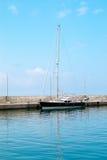 Navigazione della prua della barca nel mar Mediterraneo blu nelle vacanze estive Immagine Stock Libera da Diritti