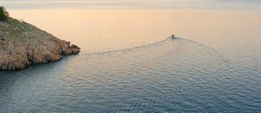 Navigazione della prua della barca nel mar Mediterraneo blu nelle vacanze estive Fotografie Stock Libere da Diritti