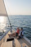 Navigazione delle coppie sull'yacht Fotografia Stock