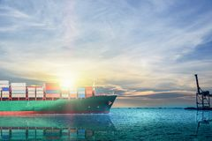 Navigazione di andata della nave da carico del contenitore nel mare Fotografie Stock