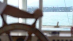 Navigazione di capitano su una barca con un vecchio timone archivi video