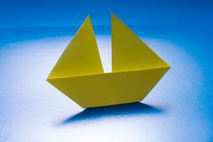 Navigazione di carta della barca sul mare della carta blu. Nave di origami Fotografie Stock