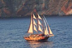 Navigazione di Gulet al tramonto vicino all'isola di Santorini Fotografia Stock