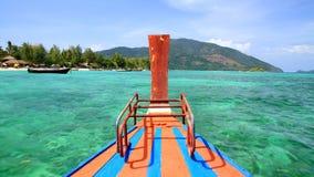Navigazione di legno della barca sul mare di cristallo all'isola di Lipe Fotografie Stock Libere da Diritti
