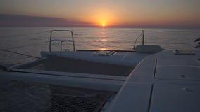 Navigazione di lusso del catamarano durante il tramonto video d archivio