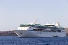 Navigazione di lusso della nave da crociera dal porto Immagine Stock