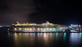 Navigazione di lusso della nave da crociera dal porto su alba Fotografia Stock