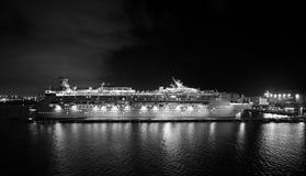 Navigazione di lusso della nave da crociera dal porto su alba Immagini Stock Libere da Diritti