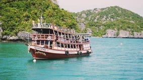 Navigazione di lusso della nave sulla laguna idilliaca accanto alle isole Movimento lento 1920x1080 stock footage