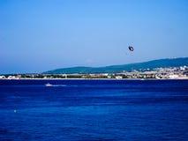 Navigazione di Para nel mare blu Immagini Stock