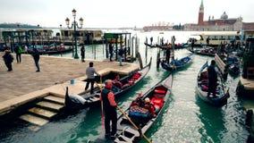 Navigazione di Venezia Italia Grand Canal Gondola di Venezia Venezia italiana Moto 4K del canale di Venezia stock footage