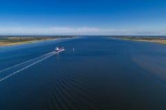 Navigazione distante della nave lungo il limfjord un giorno di estate Fotografie Stock