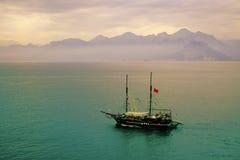 Navigazione mistica della nave nel mare Fotografia Stock
