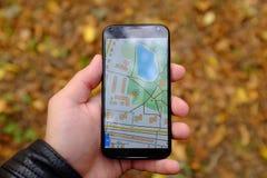 Navigazione mobile in parco Fotografia Stock Libera da Diritti