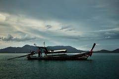 Navigazione nazionale tailandese della barca intorno alla baia fotografie stock libere da diritti