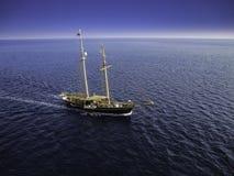 Navigazione piacevole della barca a vela al tramonto immagini stock libere da diritti