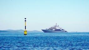 Navigazione privata mega di lusso dell'yacht nel mare archivi video