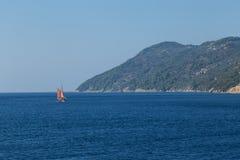 Navigazione rossa della barca a vela sul mar Egeo immagini stock libere da diritti