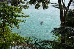 Navigazione sola della barca attraverso le acque tropicali Immagini Stock Libere da Diritti