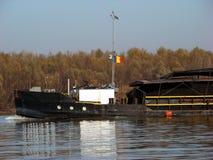 Navigazione sul Danubio in autunno in cui le acque sono 1 molto piccolo fotografia stock libera da diritti