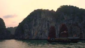 Navigazione tradizionale della barca di crociera del ciarpame nella baia di lunghezza dell'ha, Vietnam archivi video