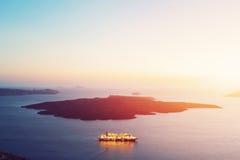 Navigazione turistica della nave accanto a Nea Kameni Santorini, Grecia Immagine Stock