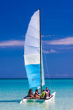 Navigazione turistica in un catamarano su una spiaggia cubana Fotografia Stock Libera da Diritti
