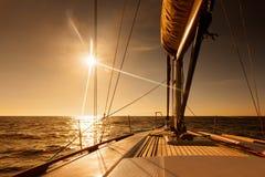 Navigazione verso il tramonto al mare aperto fotografie stock libere da diritti